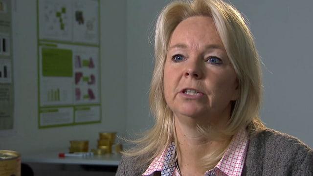 Eine blonde Frau in einer Interviewsituation.