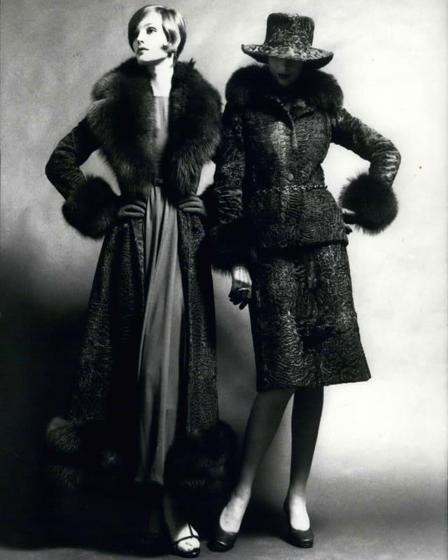 Zwei Mannequins in Perlzmänteln.