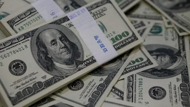 100-Dollar-Noten auf einem Tisch