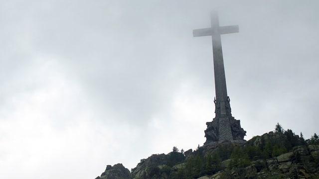 Riesiges Kreuz oberhalb von Madrid im Valle de los Caídos.