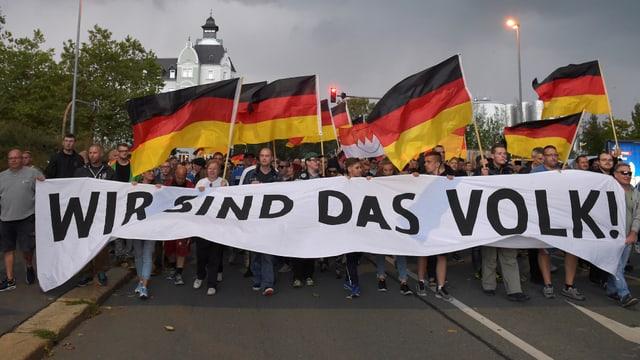 """Demo mit """"Wir sind das Volk!""""-Bannern"""