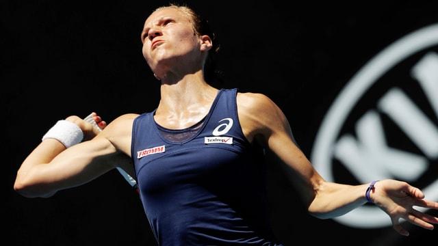 Viktorija Golubic in dynamischer Pose bei einem Service.