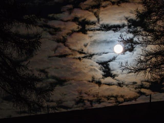 Vollmond erzeugt Farbenspiel an Schäfchenwolken