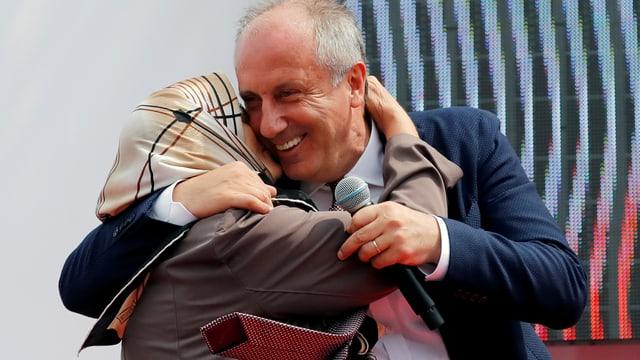 Muharrem Ince umarmt eine Frau.
