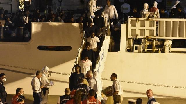 Migrants che bandunan la bartga.