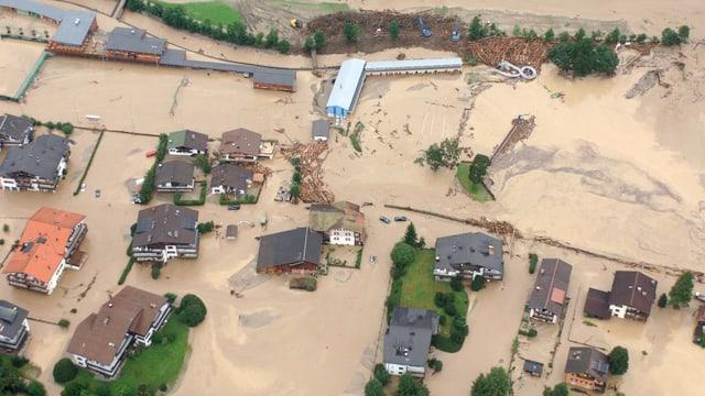 Das Dorf Klosters in Graubünden ist am 23. August 2005 überflutet aus der Luft aufgenommen.