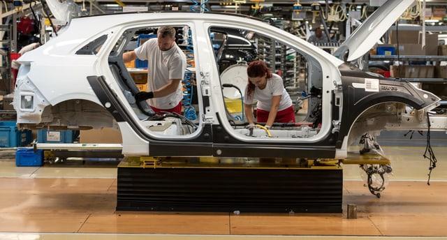 Arbeiter in Autofabrik.