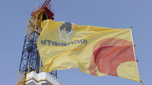 Eine Flagge mit dem Logo der Firma Rosneft.
