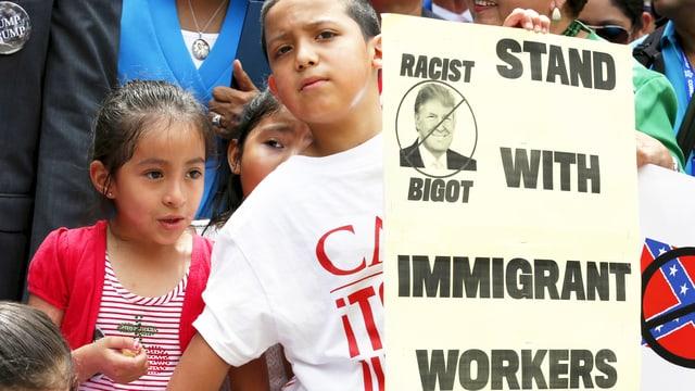 Demonstranten mit Anti-Trump-Plakat