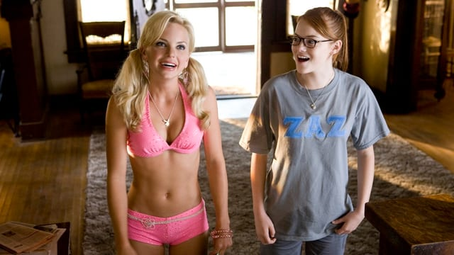 Emma Stone im schlabber T-Shirt neben einer Blondine in pinker Unterwäsche.
