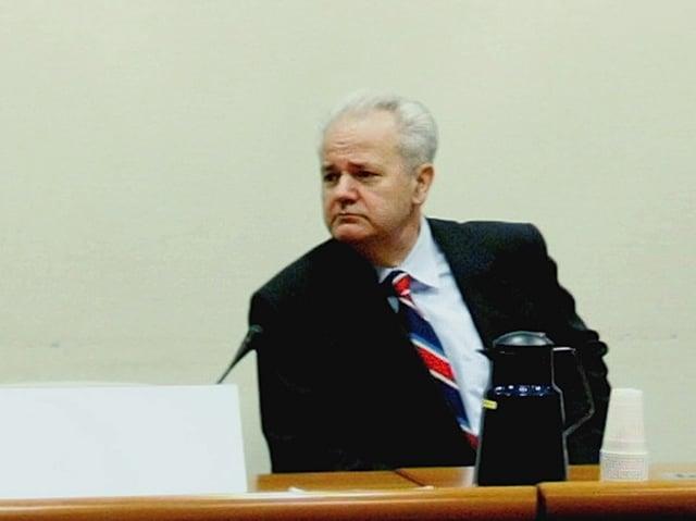 Slobodan Milosevic sitzt im Saal des UNO-Sondertribunals in Den Haag.