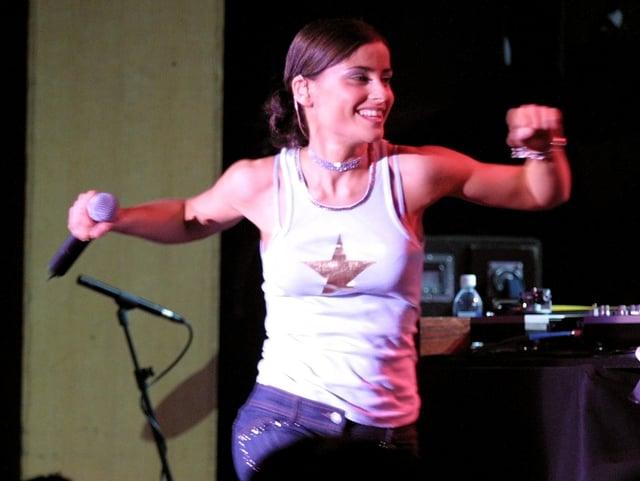 Junge Nelly Furtado in weissem T-Shirt beim Tanzen