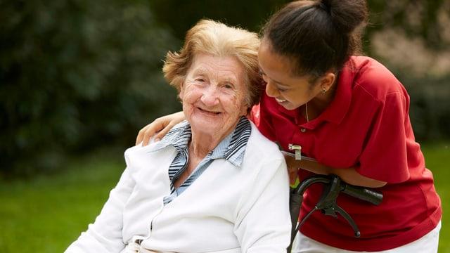 Eine betagte Frau und ihre Betreuerin.