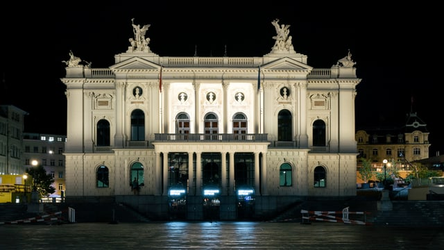 Das Opernhaus Zürich bei Nacht.
