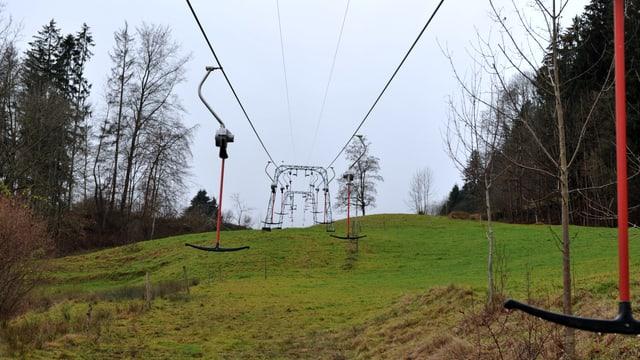 Skilift auf grasgrüner Wiese in Langenbruck.