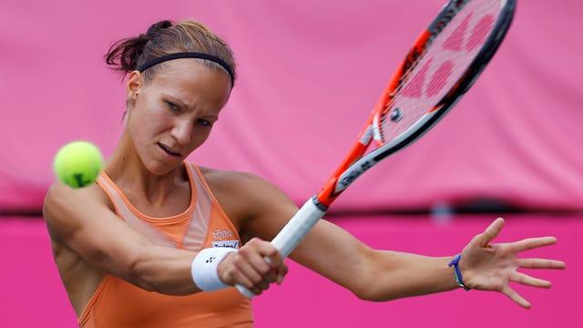 Viktorija Golubic returna in ball a sia rivala durant il turnier dal WTA en il Giapun.