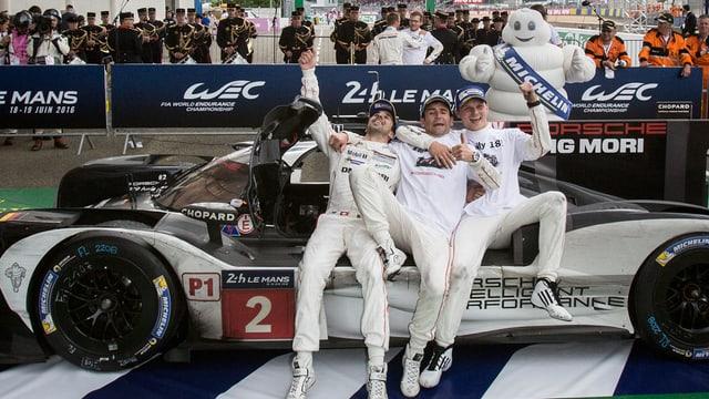 3 automobilists avant in auto da cursa.