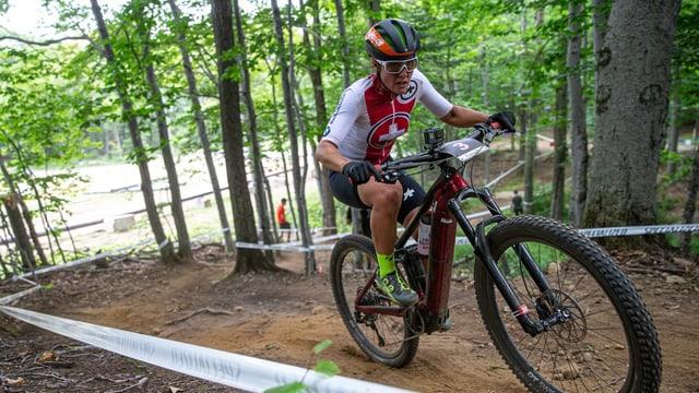 Mountainbikerin im Wald.