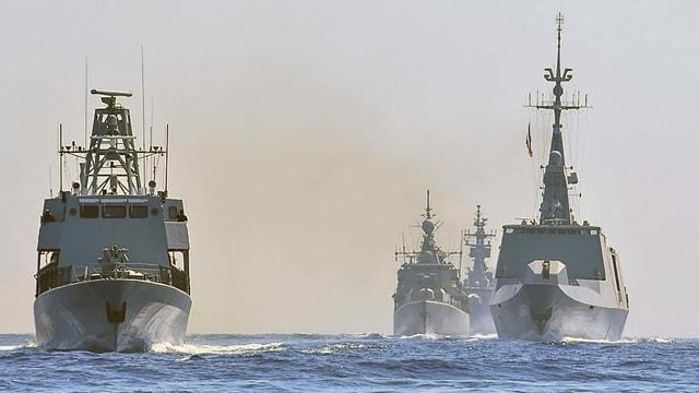 Kriegsschiffe.
