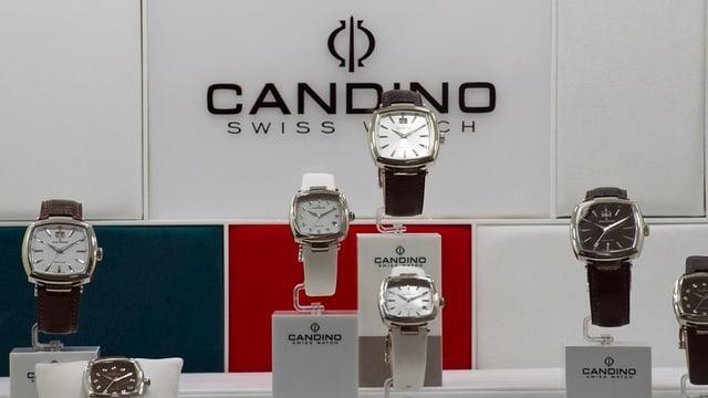 Ausgestellte Uhren, im Hintergrund Logo der Firma Candino