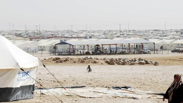 Zahlreiche weisse Zelte bis zum Horizont