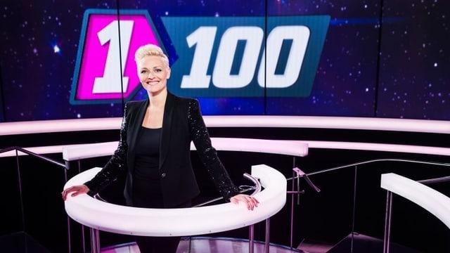 Moderatorin Susanne Kunz steht vor dem Logo der Sendung «1 gegen 100».