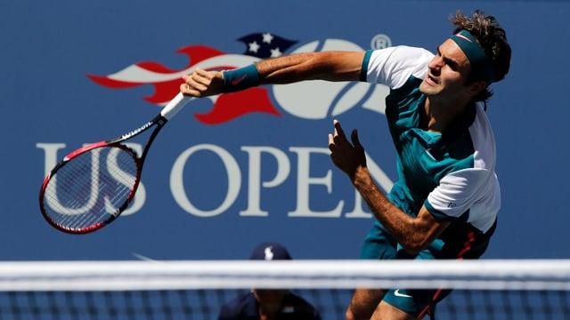Roger Federer beim Service.