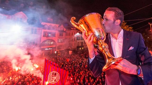 Marco Streller mit dem Pokal auf dem Casino-Balkon.