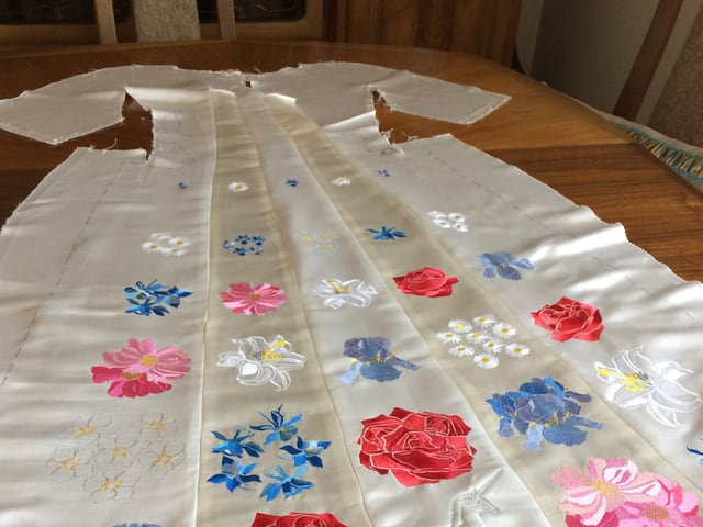 Weisses Kleid mit Blumen bestickt