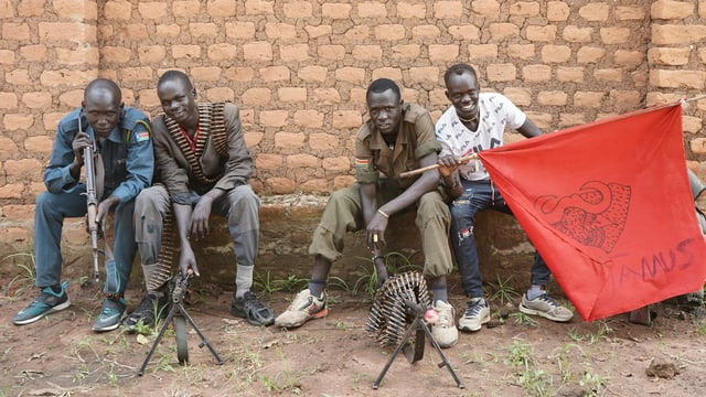 Rebellen in Panyume. Für die Zusammenlegung mit der Regierungsarmee sollen die Rebellen eine militärische Ausbildung erhalten. Doch die Regierung spricht dafür kaum Geld.