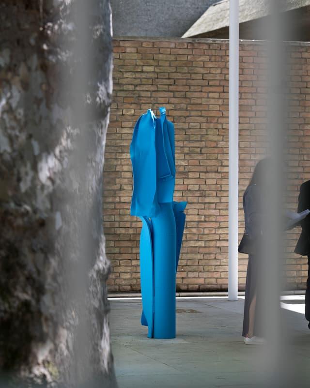 Skulptur von Carol Bove im Schweizer Pavillon.
