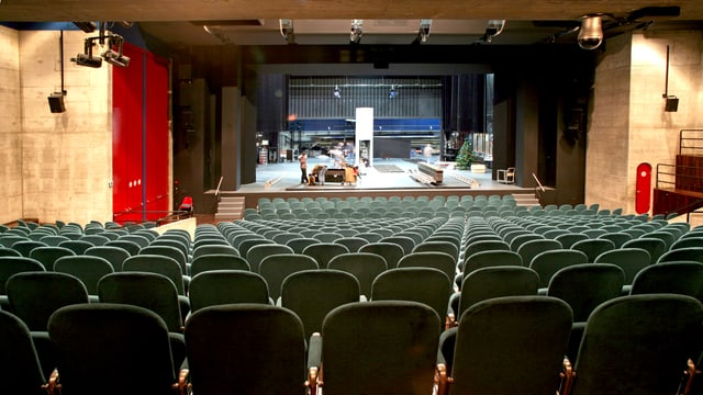 Zuschauerraum und Bühne eines Theaters.
