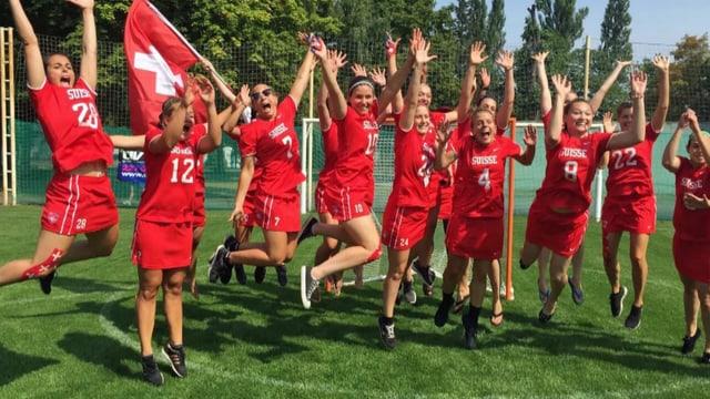 Die Lacrosse-Nati bei einem Teamfoto, bei dem alle Spielerinnen aufspringen.