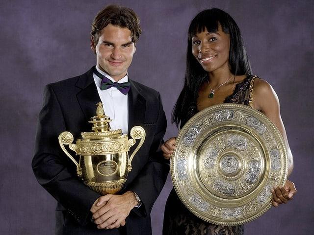 Federer und Venus Williams 2007 mit den Wimbledon-Trophäen.