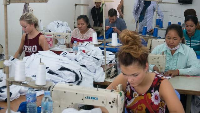 Frida, Ludvig und Anniken bdeienen Nähmaschinen in einem Sweatshop.