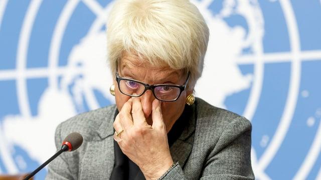 Carla Del Ponte fasst sich an der Nase