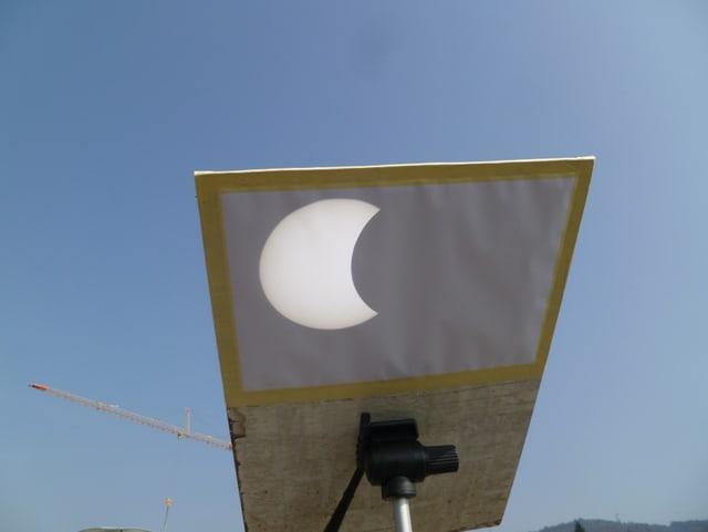 Hier wurde die Sonnenfinsternis von einem Teleskop auf ein Stück Papier projektiert.