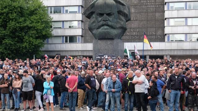 Demonstranten vor dem Marx-Denkmal