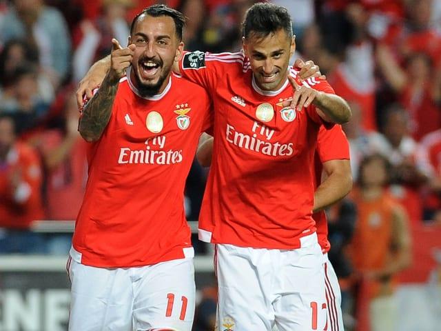 Kostas Mitroglou (links) und Jonas bejubeln einen Treffer Benficas