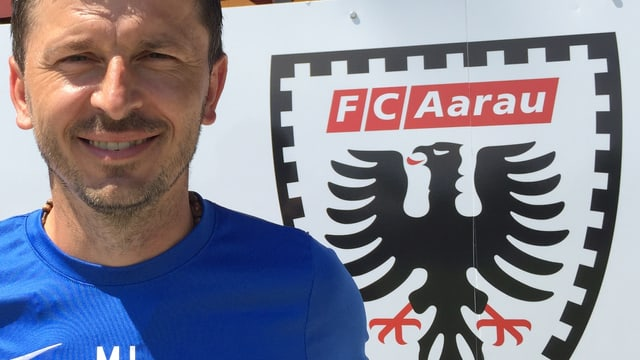 Marinko Jurendic vo dem Logo des FC Aarau.