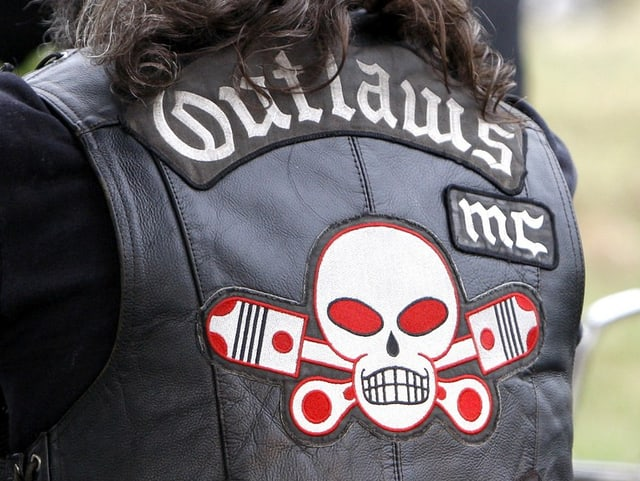 Rückseite einer Jacke der Outlaws mit dem Schriftzug samt Emblem.