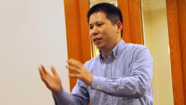 Der chinesische Anwalt Xu Zhiyoung redet und gestikuliert