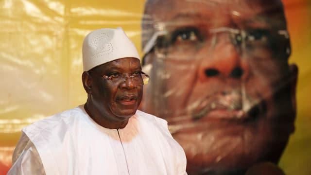 Ibrahim Boubacar Keita vor einem Wahlplakat mit seinem Bild.