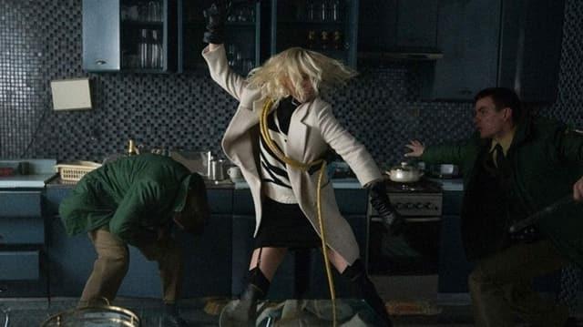 Schönheit mit Schlagkraft: Charlize Theron beim In-Fight in Atomic Blonde.