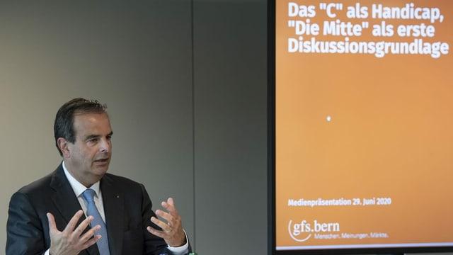Parteipräsident Gerhard Pfister stellt seine Idee für den Namenswechsel der Öffentlichkeit vor.