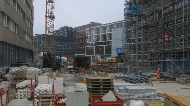 Grosse Baustelle mit einem Kran im Hintergrund