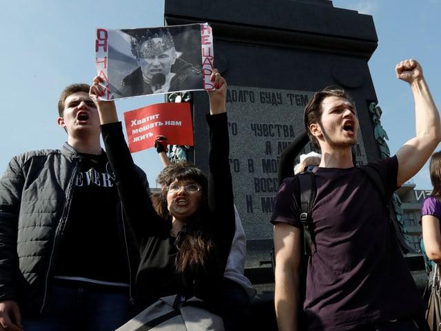 Junge Menschen demonstrieren in Moskau gegen Putin.