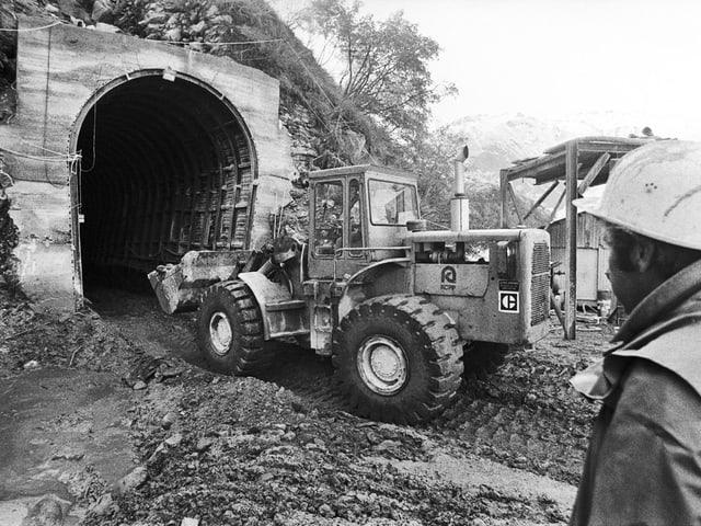 Baumaschine vor dem Portal, schwarz-weiss