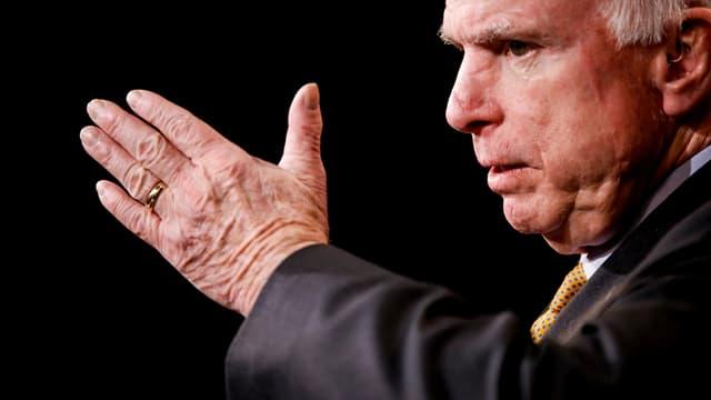 Il senatur american John McCain che mussa cun il maun.
