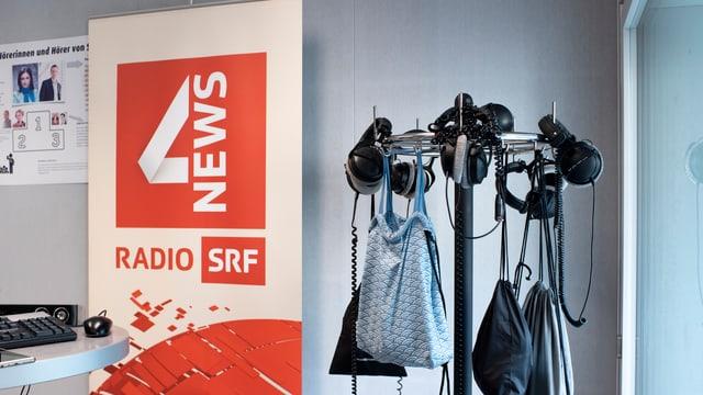 Studio da radio a Berna. Logo da SRF 4 news.